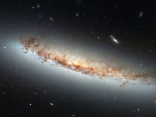 Το NGC 4402 είναι ένας γαλαξίας που βρίσκεται περίπου 55 εκατομμύρια έτη φωτός από την Γη στον αστερισμό της Παρθένου. Photo Credit: NASA/ESA/Hubble