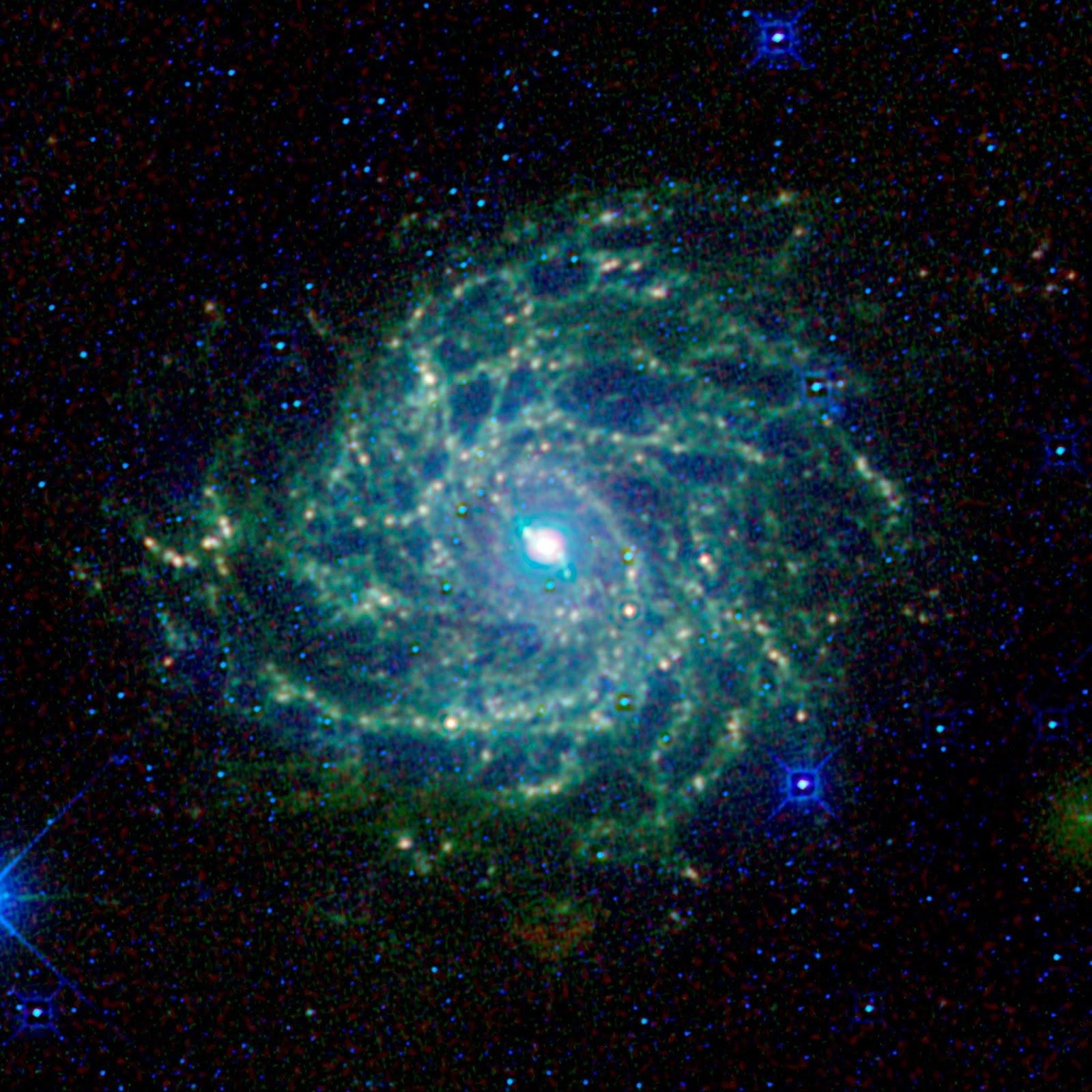 """Ο Σπειροειδής Γαλαξίας IC 342 ονομάζεται επίσης """"κρυφός γαλαξίας"""". Ο γαλαξίας αυτός κρύβεται πίσω από τον γαλαξία Milky way, τον δικό μας γαλαξία. Το έργο WISE της NASA τον έκανε ορατό με υπέρυθρη όραση."""