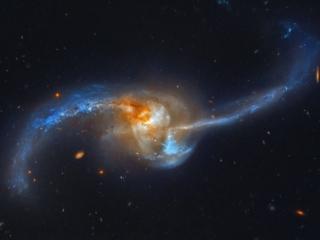 Το NGC 2623 είναι στην πραγματικότητα δύο γαλαξίες που συγχωνεύονται!! Το ζευγάρι βρίσκεται περίπου 300 εκατομμύρια έτη φωτός μακρυά προς τον αστερισμό του Καρκίνου.