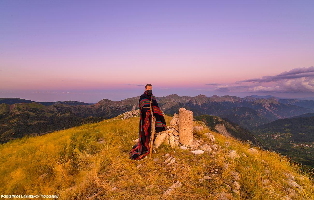 """""""Είναι όμορφα να είσαι στα βουνά,  γιατί είσαι ο πρώτος που βλέπει τα πιο όμορφα πράγματα σε αυτό το σύμπαν..."""" Κωνσταντίνος Βασιλακάκος"""
