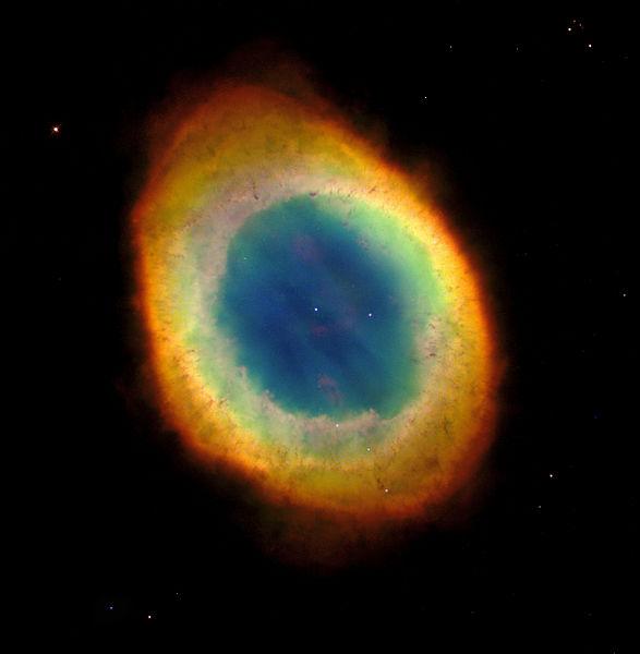 Το Δακτυλιοειδές Νεφέλωμα (Ring Nebula), γνωστό και ως Messier 57 ή NGC 6720, είναι ένα πλανητικό νεφέλωμα στον αστερισμό Λύρα. Βρίσκεται νότια από τον φωτεινό αστέρα Βέγα, ανάμεσα στους αστέρες β και γ Λύρας. Απέχει περίπου 2300 έτη φωτός από την Γη. Φωτίζεται από τον κεντρικό του λευκό νάνο αστέρα. Photo Credit: NASA/STScI/AURA
