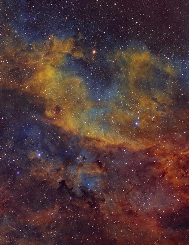 Σκοτεινά νεφελώματα όπως το Barnard 344, φαίνονται πολύ πιο ενδιαφέροντα όταν σκιαγραφούνται. Το Β344 βρίσκεται στον αστερισμό του Κύκνου, κοντά στο αστέρι Sard (γ Κύκνου).