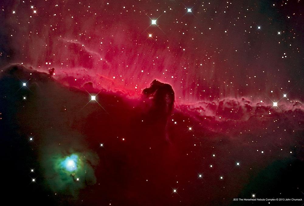 Το Νεφέλωμα Κεφάλι Αλόγου (Horsehead ή Barnard 33) επιπλέει μέσα στο διάστημα σε μία περιοχή του αστερισμού του Ωρίωνα που καθορίζει την μορφή της ζώνης. Είναι ένα σκοτεινό νεφέλωμα, ένας όγκος σκόνης και υπέρψυχρου αερίου που τελικά θα γίνει μία περιοχή σχηματισμού αστέρων.